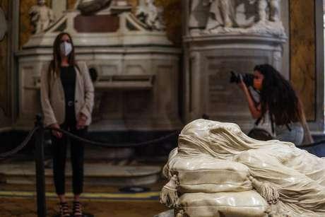 Visitantes na Capela de Sansevero, em Nápoles, sul da Itália