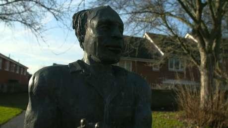 Monumento em homenagem a Alfred Fagon, que também foi poeta e dramaturgo, foi erguido em 1987, no primeiro aniversário de sua morte
