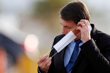 Presidente Jair Bolsonaro coloca máscara de proteção em Brasília 09/06/2020 REUTERS/Adriano Machado