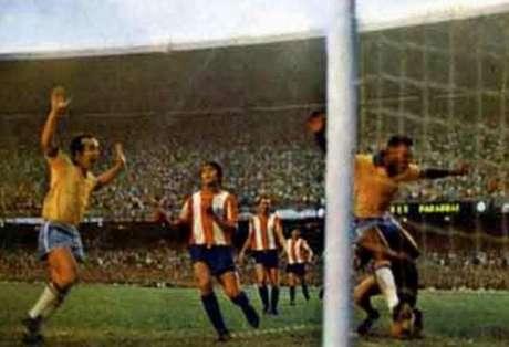 Tostão (na foto, celebrando o gol de Pelé): 'Foi uma coisa impressionante. Imaginar que tinham 183 mil pessoas torcendo pelo Brasil foi de arrepiar' (Foto: Reprodução)