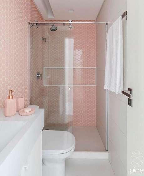 8. A combinação do branco com o rosa pastel é ideal para decoração de banheiros pequenos – Foto: Ideias Decor