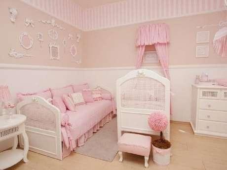 12. A combinação da cor rosa pastel com bege é muito usada para decorar quarto de bebê feminino – Foto: Pinterest