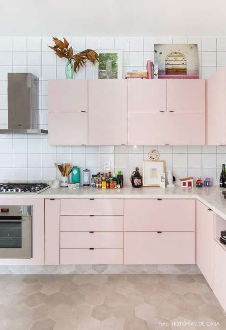 14. Decoração para cozinha planejada simples com armários em tons de rosa pastel – Foto: Histórias de Casa