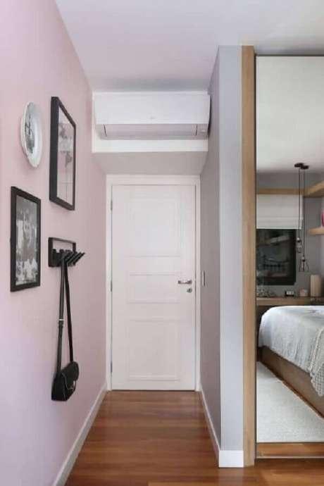 16. Corredor decorado com parede pintada com tinta rosa pastel – Foto: Quattrino Arquitetura
