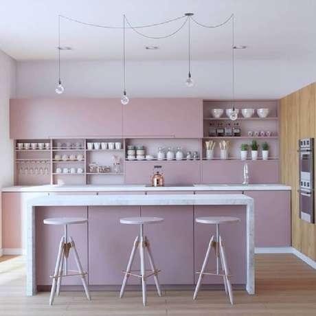 17. Cozinha com ilha moderna planejada com armários na cor rosa pastel – Foto: Dicas de Mulher