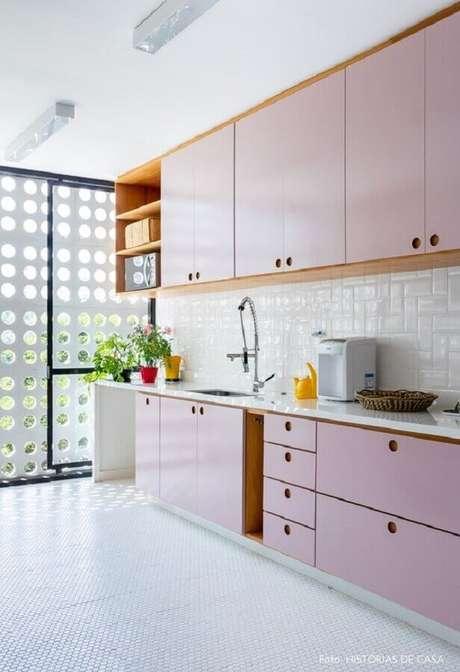 19. Decoração rosa pastel para cozinha planejada com armários com estilo retrô – Foto: Histórias de Casa