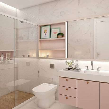 21. Decoração de banheiro planejado na cor rosa pastel e branco com estilo feminino – Foto: Gramho