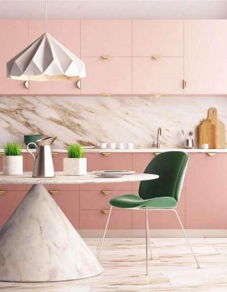 24. A cadeira verde se destacou na decoração da cozinha rosa pastel moderna – Foto: ViralDeco