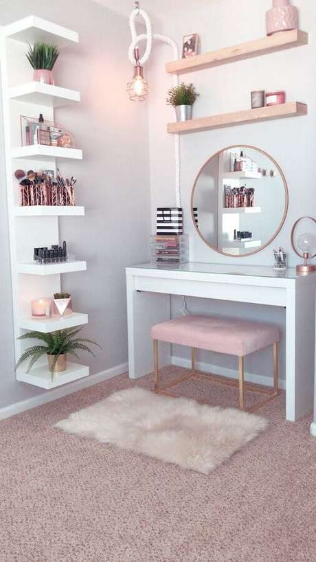 25. Nesse cantinho com penteadeira branca o rosa pastel foi usado de modo discreto no banco e tapete – Foto: Archilovers