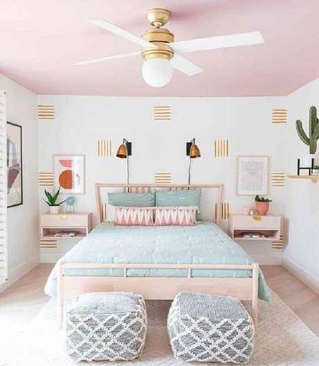 28. Aqui o rosa tom pastel foi usado até mesmo para pintar o teto do quarto e deixou o ambiente super acolhedor – Foto: Casa das Amigas