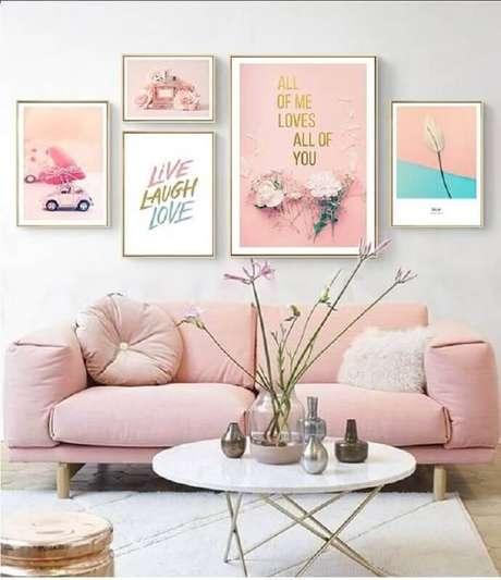 31. Decoração para sala com vários quadros e sofá na cor rosa pastel – Foto: NordicWallArt
