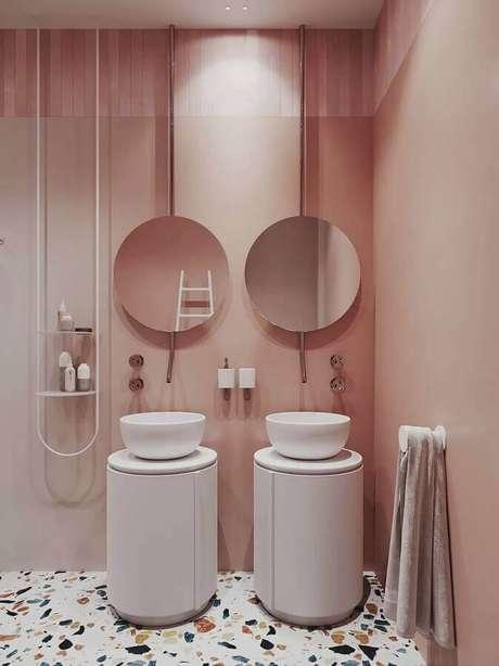 32. Tons de rosa pastel para decoração de banheiro planejado moderno com piso colorido – Foto: Pinterest