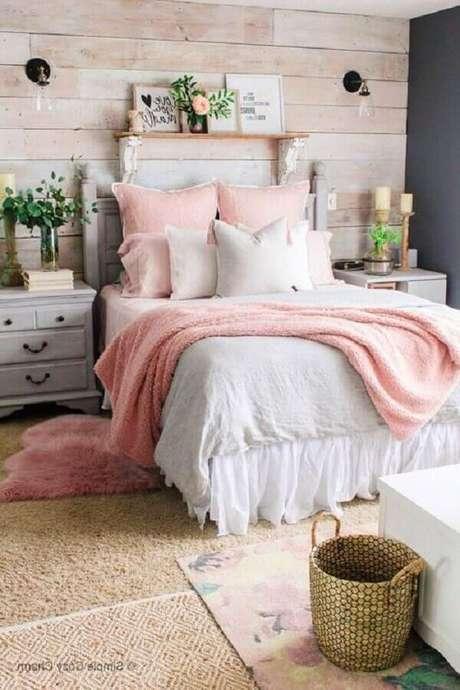 34. Decoração rústica para quarto rosa pastel com parede revestida de madeira – Foto: Anna Williams