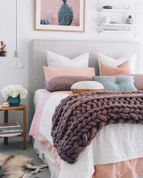 36. Detalhes em tons de rosa pastel para quarto branco com cabeceira estofada e pendente de vidro – Foto: OneChitecture