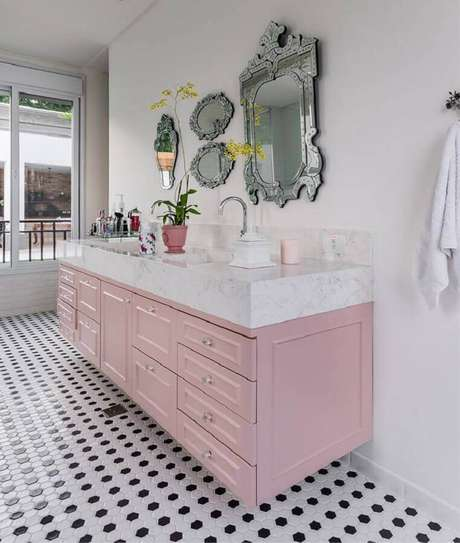 37. Gabinete de banheiro planejado na cor rosa pastel com design retrô – Foto: Futurist Architecture