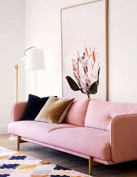 39. Decoração para sala com sofá rosa pastel e tapete colorido – Foto: The Design Files