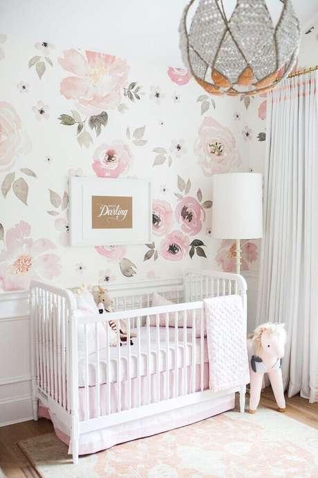 40. Papel de parede rosta pastel com estampa floral para quarto de bebê branco – Foto: Pinterest