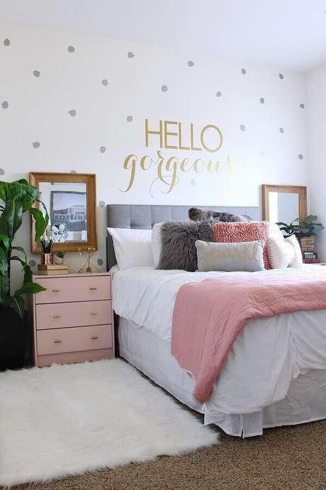43. Quarto branco decorado com cabeceira cinza e detalhes na cor rosa quartzo – Foto: Home Fashion Trend