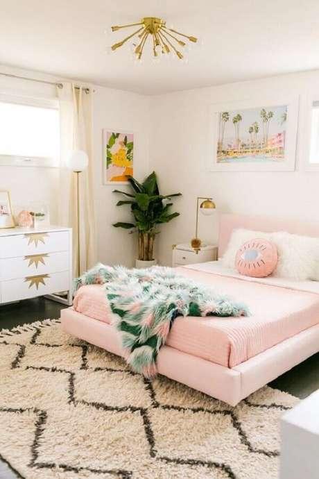 44. Quarto branco decorado com jogo de cama na cor rosa pastel – Foto: A Beautiful Mess