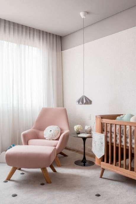 45. Decoração para quarto de bebê cinza com berço de madeira e poltrona rosa quartzo – Foto: Na Toca Design
