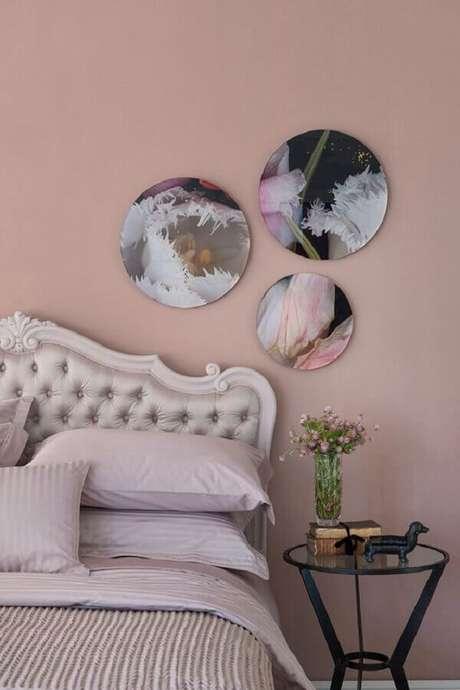 47. Quarto decorado com cabeceira capitonê clássica e parede pintada com tinta rosa pastel – Foto: Zizi Carderari