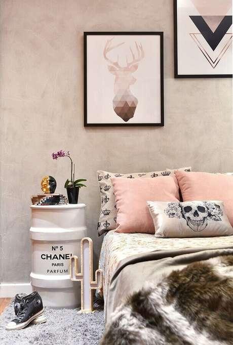 48. Quarto feminino moderno decorado com parede de cimento queimado e detalhes em rosa pastel – Foto: Tetriz Arquitetura