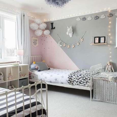 50. Quarto infantil simples decorado na cor rosa pastel e cinza – Foto: Ideal Home