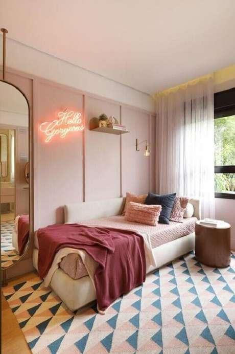52. Quarto rosa pastel decorado com tapete geométrico – Foto: Pinterest