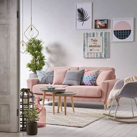 55. Sofá rosa quartzo decorado com almofadas coloridas – Foto: MdeMulher
