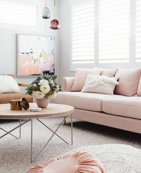 6. A decoração clean da sala ficou ainda mais charmosa com o sofá cor rosa pastel – Foto: Pinterest