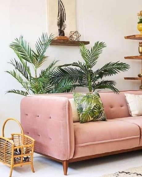 56. Sofá rosa pastel para sala decorada com vasos de plantas – Foto: Clem Around The Corner