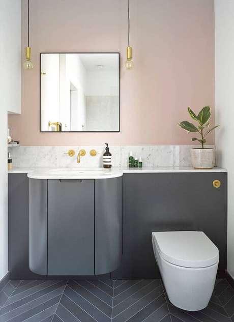 58. Tinta rosa pastel para banheiro moderno planejado com gabinete cinza – Foto: Houzz