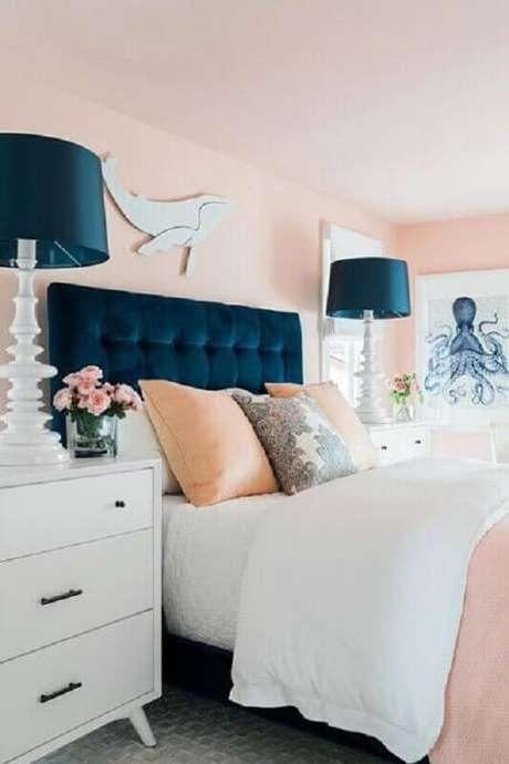 60. Quarto rosa pastel decorado com cabeceira e abajures azul marinho – Foto: Projetos Criativos