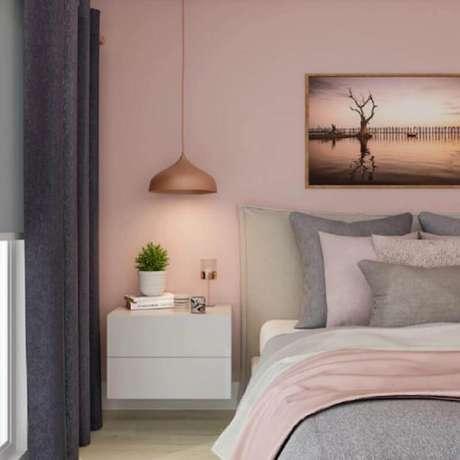 61. Decoração para quarto rosa pastel com criado mudo branco suspenso e cortina cinza – Foto: Pinterest