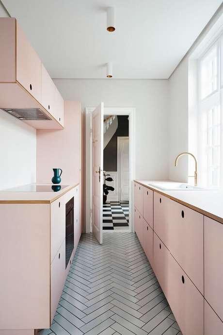 63. Tom rosa pastel para armários de cozinha planejados – Foto: Architectural Digest