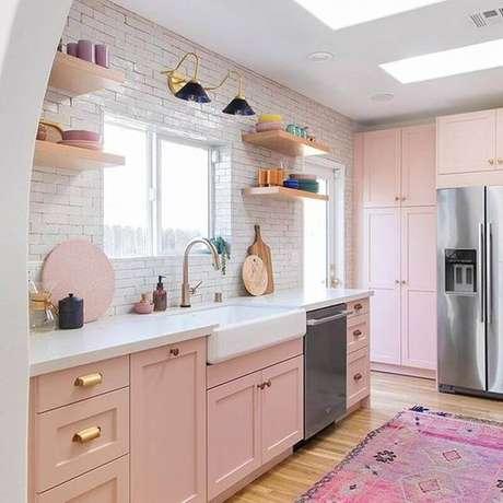 65. Tons de rosa pastel para decoração de cozinha planejada com estilo retrô – Foto: Studio DIY