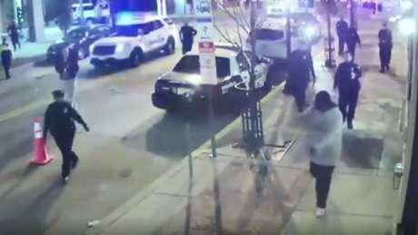 A polícia seguiu o suspeito e o deteve com a ajuda de uma arma elétrica