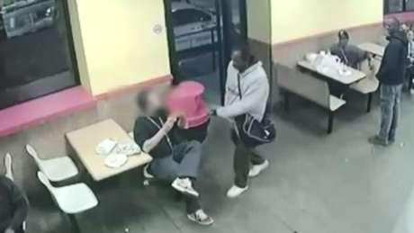 O homem ameaçou clientes no restaurante em Camden