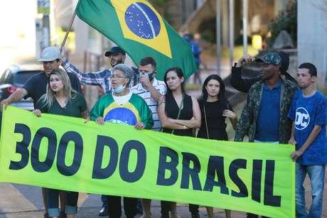 Grupo de manifestantes chamado de '300 do Brasil'