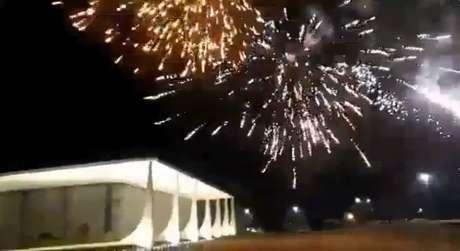 """300 do Brasil' dispara fogos perto do STF: """"Vocês vão cair"""""""