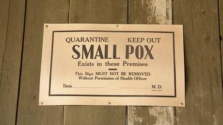 Pacientes com varíola foram isolados e vacinados junto com todas as pessoas que tiveram contato com eles