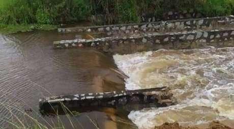 Rompimento de barragem em Sairé inunda casas em Barra de Guabiraba, no agreste de Pernambuco