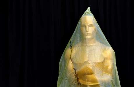 Estátua do Oscar coberta de plástico durante preparativos para cerimônia em Los Angeles 21/02/2015 REUTERS/Lucas Jackson