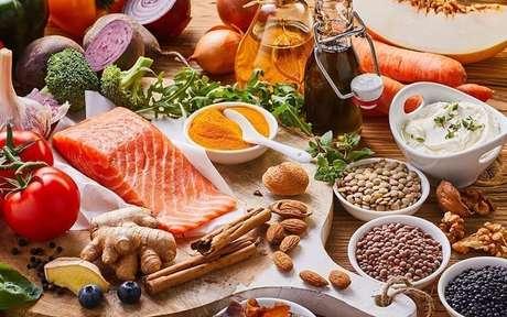Diversos alimentos dispostos em uma mesa e potes