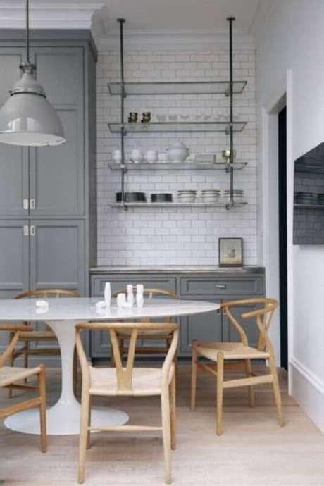 7. Cozinha cinza decorada com prateleira aramada suspensa – Foto: Futurist Architecture