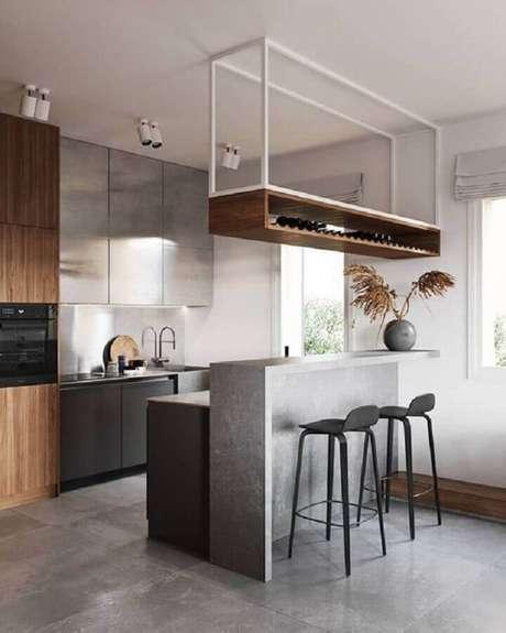10. Decoração para cozinha planejada com prateleira aramada suspensa com adega – Foto: Pinterest