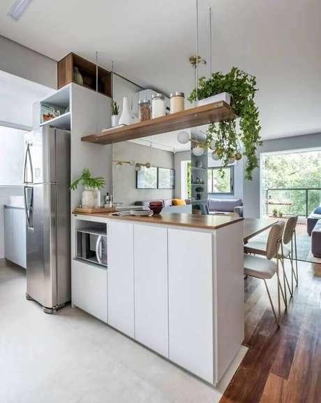 3. Decoração clean com prateleira suspensa cozinha – Foto: SP Estúdio