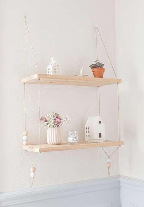11. Decoração clean com prateleira de madeira suspensa por corda fina – Foto: Pinterest