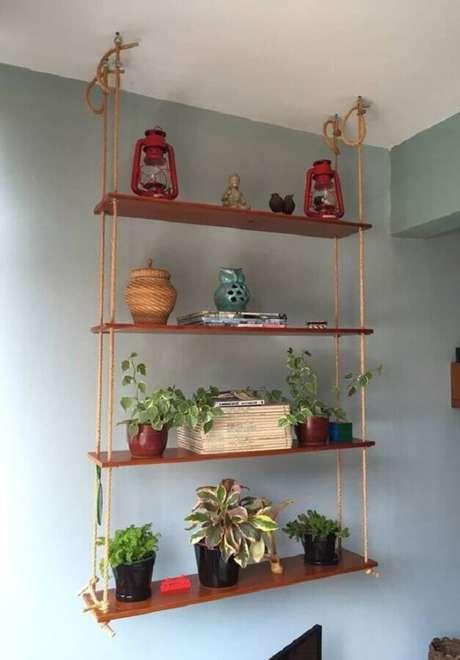 14. Modelo de prateleira suspensa com corda decorada com enfeites e vasos de plantas – Foto: Pinterest