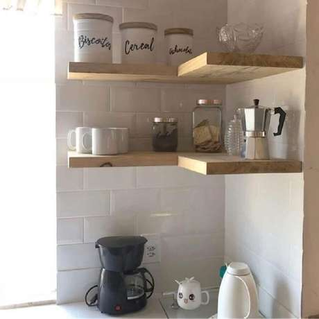 15. Decoração de cozinha com prateleira suspensa de canto – Foto: Aconchego da Lidy
